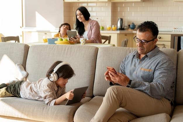 Pai e filho brincando em seus dispositivos