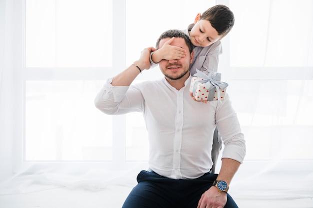 Pai e filho brincando juntos no dia dos pais