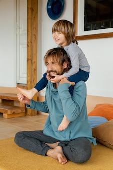 Pai e filho brincando juntos