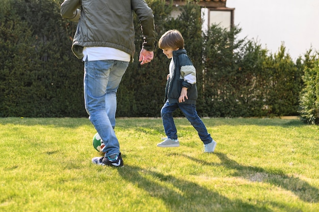 Pai e filho brincando lá fora