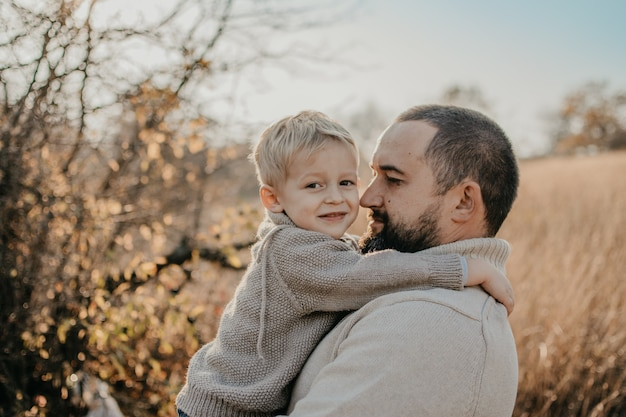 Pai e filho brincando, se divertindo na natureza