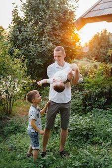 Pai e filho caminhando no parque ao pôr do sol