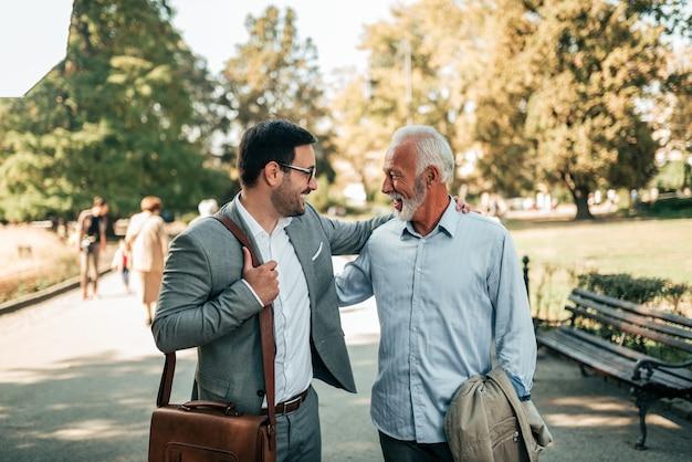Pai e filho caminhando no parque.