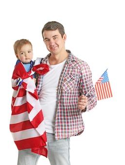 Pai e filho com bandeira americana isolada no branco