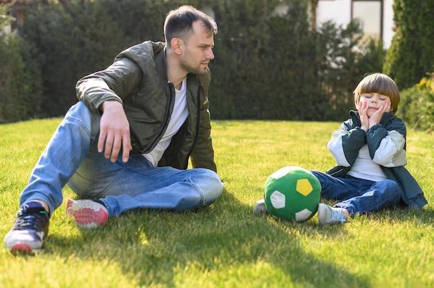 Pai e filho com futebol
