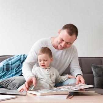 Pai e filho com livro