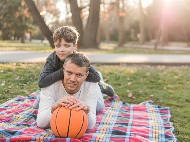 Pai e filho com uma bola de basquete
