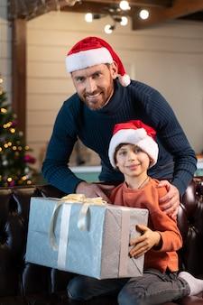 Pai e filho comemorando o natal em casa
