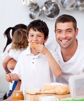 Pai e filho comendo um brinde no horário de café da manhã