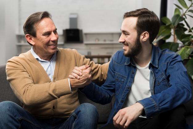 Pai e filho conversando na sala de estar
