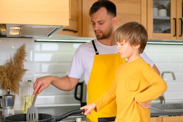 Pai e filho cozinhando juntos