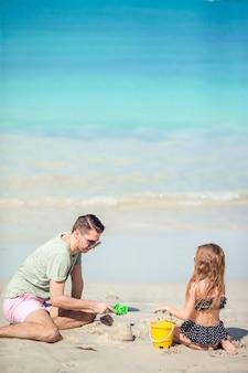 Pai e filho curtindo férias de verão praia tropical.