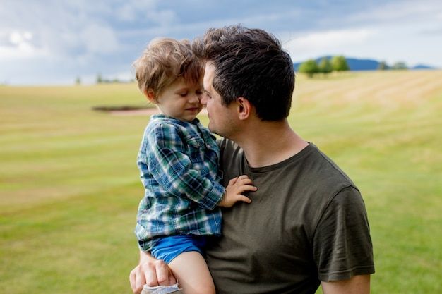 Pai e filho da criança se divertir em um montanhas