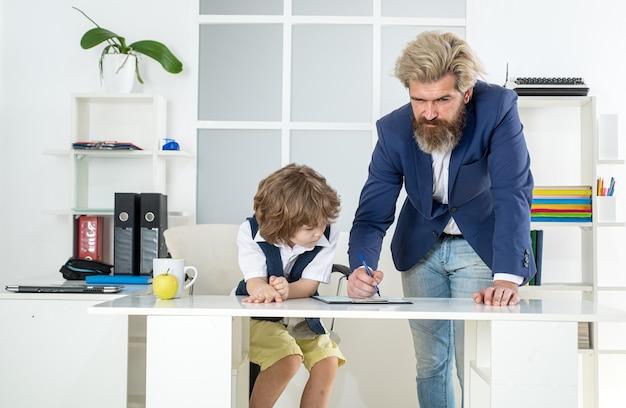 Pai e filho da empresa familiar na equipe de marketing do escritório em reunião de pesquisa de brainstorming