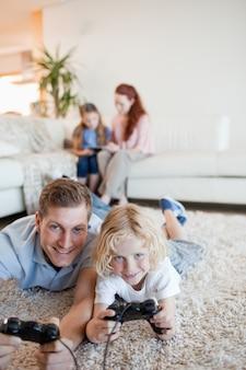 Pai e filho, desfrutando de videogames juntos