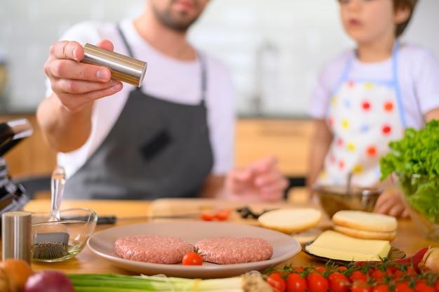 Pai e filho e ingredientes de hambúrguer