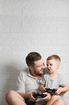 Pai e filho em casa cópia-espaço