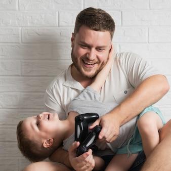 Pai e filho em casa jogando jogos digitais