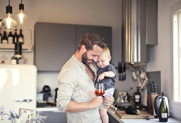 Pai e filho em casa