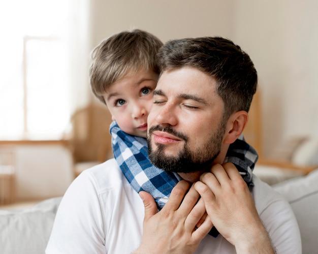 Pai e filho em close-up
