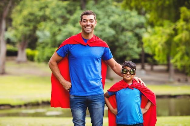 Pai e filho em traje de super-heróis