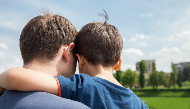 Pai e filho em uma cidade