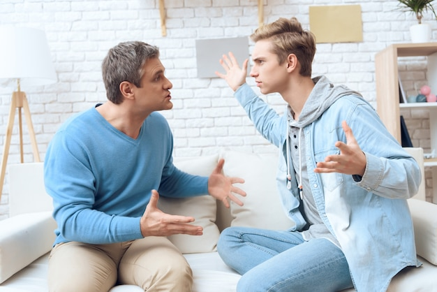Pai e filho estão discutindo uns com os outros.