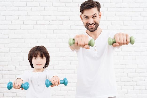Pai e filho estão envolvidos em educação física.
