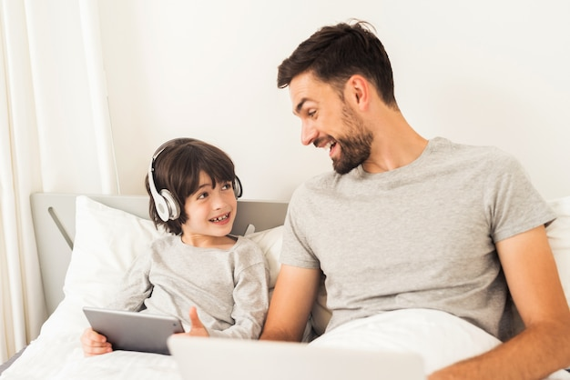 Pai e filho estão olhando para o laptop.