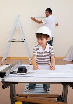 Pai e filho estudando arquitetura em casa