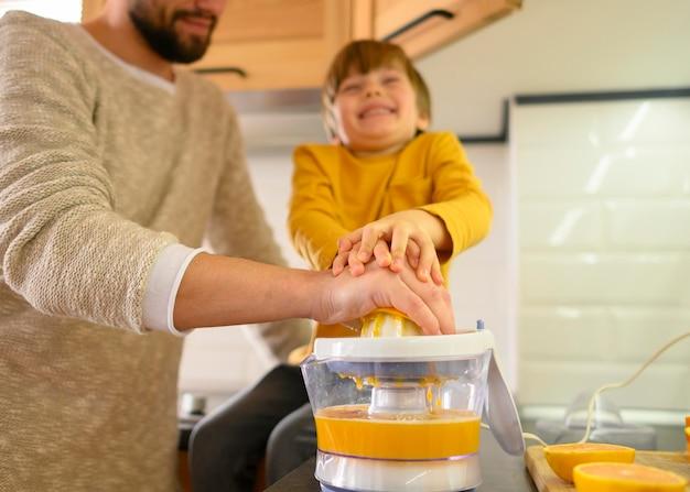 Pai e filho fazendo caretas