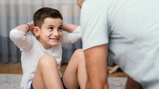 Pai e filho fazendo exercícios