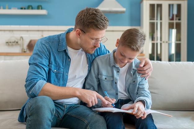 Pai e filho fazendo lição de casa