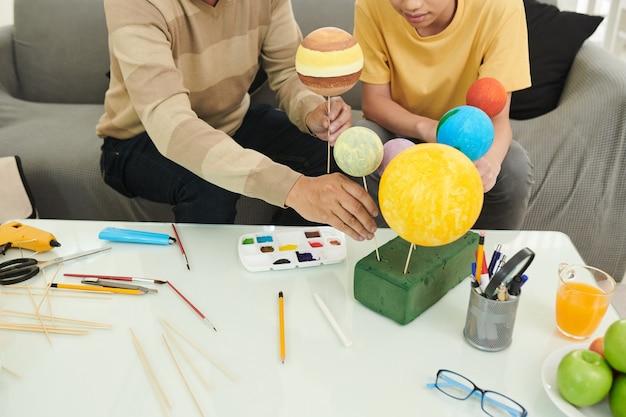 Pai e filho fazendo planetas
