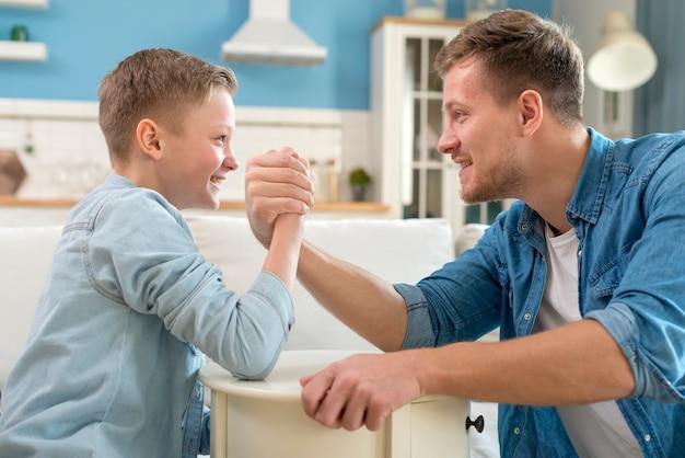 Pai e filho fazendo queda de braço