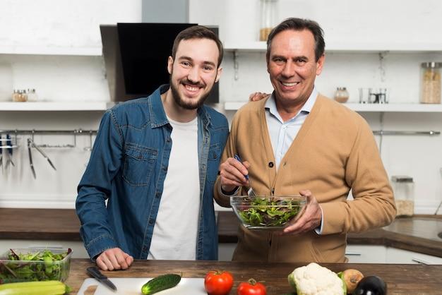 Pai e filho fazendo salada
