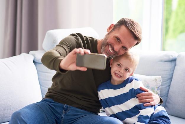 Pai e filho fazendo uma selfie