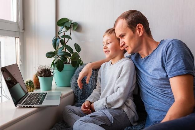 Pai e filho fazendo videochamada com os avós no laptop fique em casa, conceito de comunicação à distância