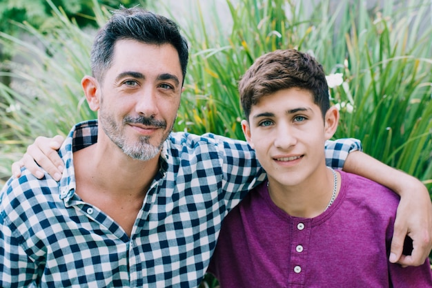 Pai e filho feliz no dia dos pais