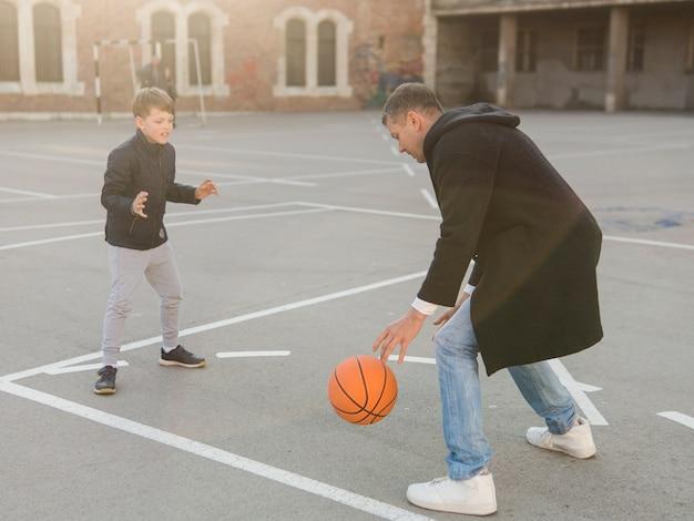 Pai e filho jogando basquete