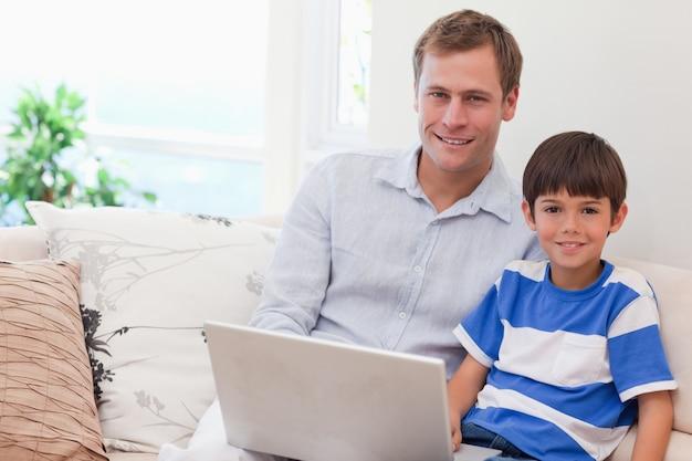 Pai e filho jogando jogos de computador juntos