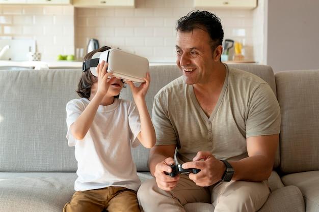 Pai e filho jogando um jogo de realidade virtual
