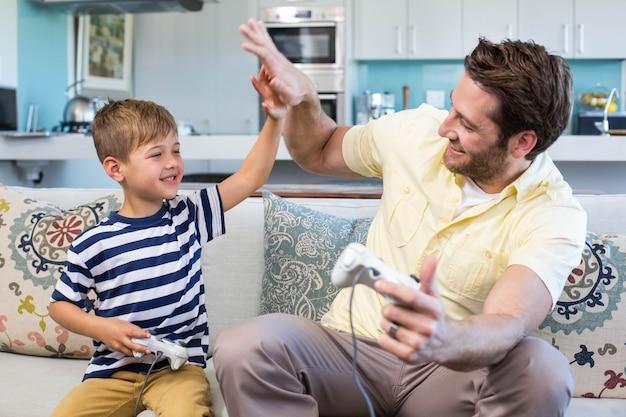 Pai e filho jogando videogames em conjunto