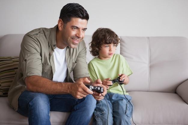 Pai e filho jogando videogames na sala de estar