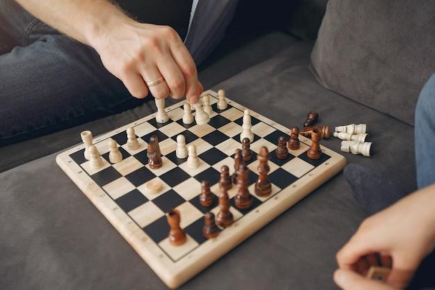 Pai e filho jogando xadrez