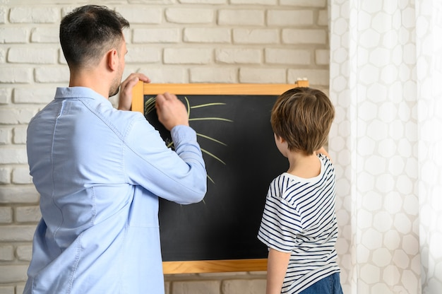 Pai e filho juntos a desenhar