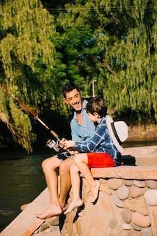 Pai e filho juntos ao ar livre