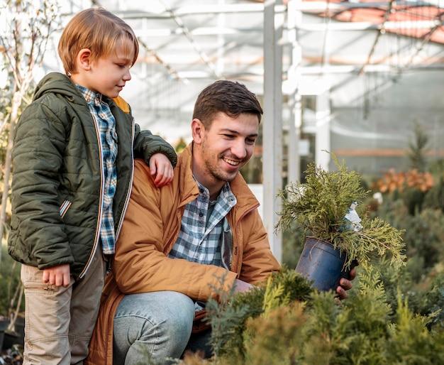 Pai e filho juntos comprando uma árvore
