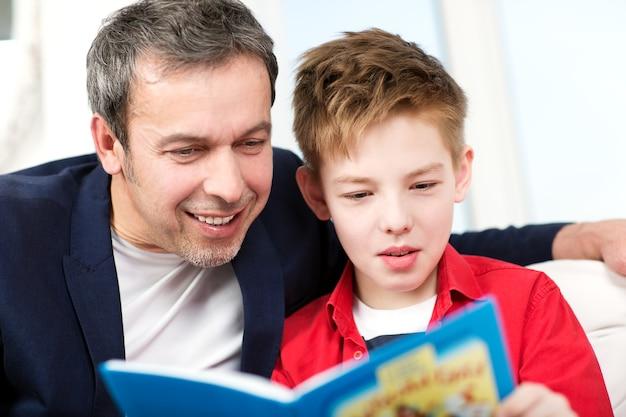 Pai e filho lendo um livro em casa