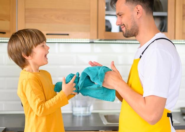 Pai e filho, limpando as mãos com toalhas
